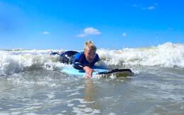 In de beginners golsurflessen leren we je de eerste golfen in peddelen in Zandvoort golfsurfen is geweldig leer het ook!