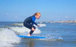 Kinderen leren gemakkelijk golfsurfen zeker in Zandvoort met de mooie golfen. Neem met je kind golfsurfles in de kids lessen surfen