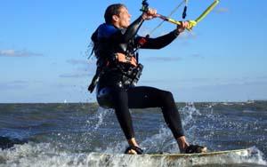 Kitesurfen in Zandvoort is top! ervaar de krachten van de kite. Laat jezelf door het water heen trekken. probeer kitesurfen snel uit in zandvoort. kitesurf