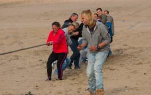Wie is het sterkste met touwtrekken. laat het zien welke groep het beste samen kan werken en krijg de tegenstander over de lijn. Touwtrekken