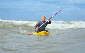 Branding kajakken en branding kano is super leuk. Spring in je kajak en kajak door de golfen van Zandvoort heen. Probeer het uit! branding kajak